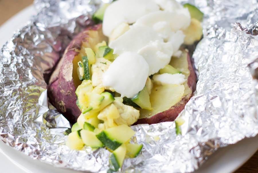 Gepofte zoete aardappel met kip en courgette