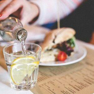 Water drinken tijdens een maaltijd