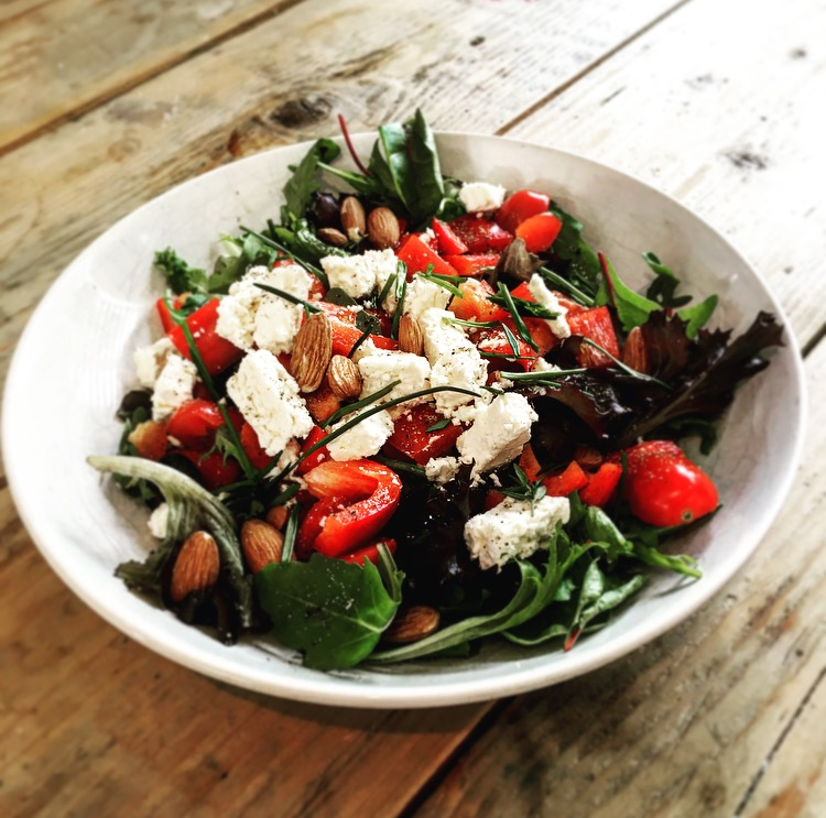 creatieve salade met aardbeien en amandelen