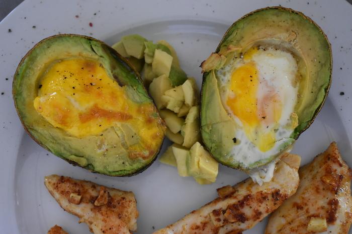 gevulde avocado met ei uit de oven geserveerd met kip recept debby the chocoholic
