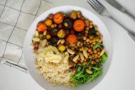 gekleurde geroosterde wortelen met kikkererwten recept vegan