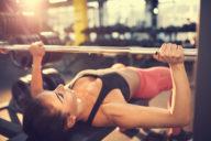 borst oefeningen, bench press, borst trainen, krachttraining vrouwen
